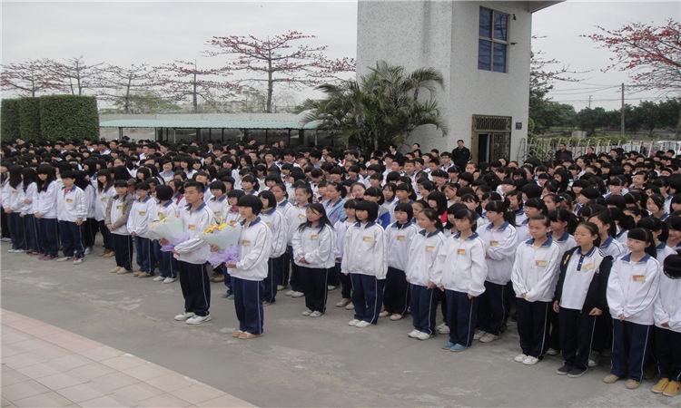 谢易初中学